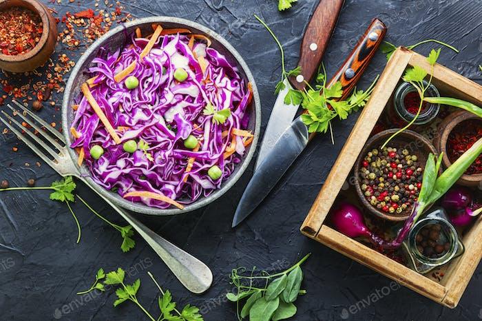 Krautsalat aus Rotkohl