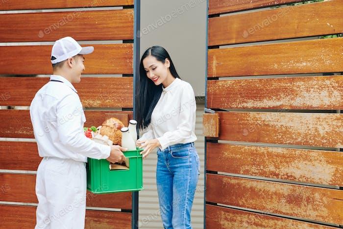 Lieferung von Lebensmitteln an die Frau