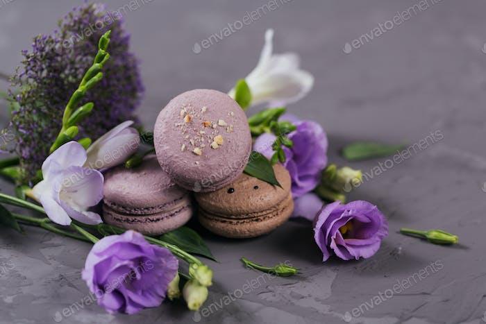 Hintergrund mit süßen französischen Macarons mit Blumen