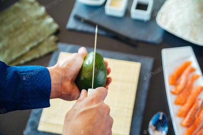 Avocado wird vorbereitet