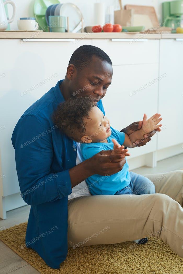 Vater spielt mit kleinen Jungen