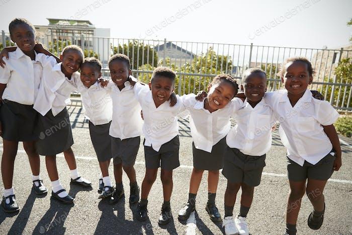 Grundschulkinder in Afrika posieren in der Schule Spielplatz