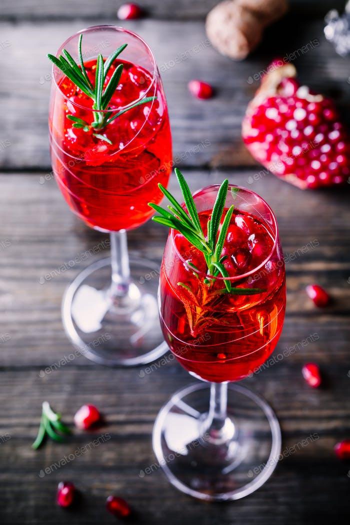 Granatapfel Champagner Mimosencocktail mit Rosmarin