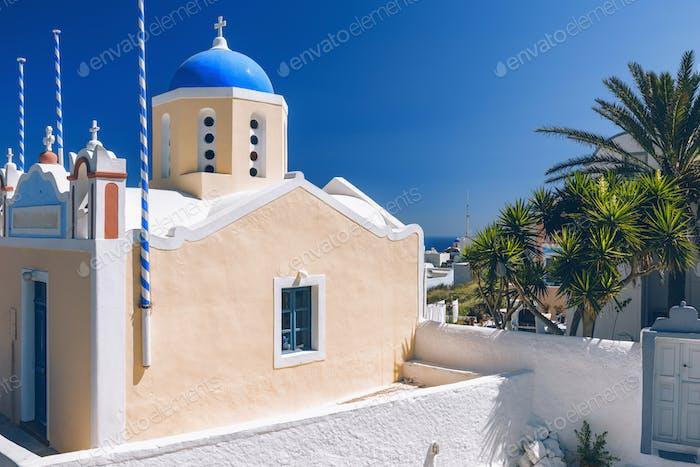 Santorin, Griechenland. Blaue Kuppelkirche