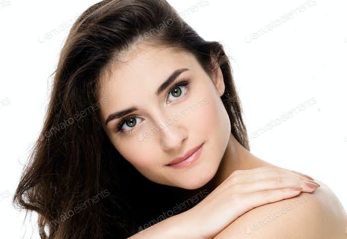 Hermosa mujer joven adulta con retrato de piel fresca y limpia.