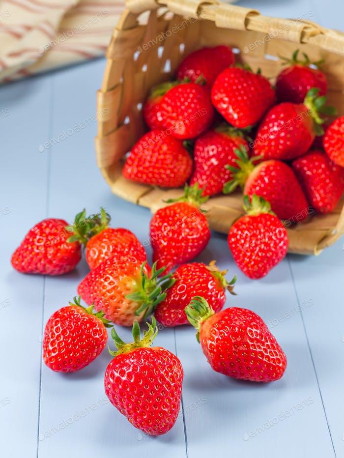 Korb mit Erdbeeren verschüttet auf einem Tisch