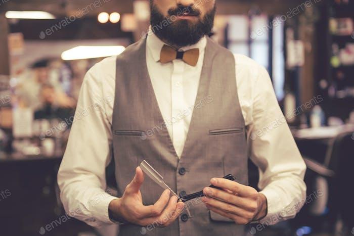 Barbeiro elegante e bonito