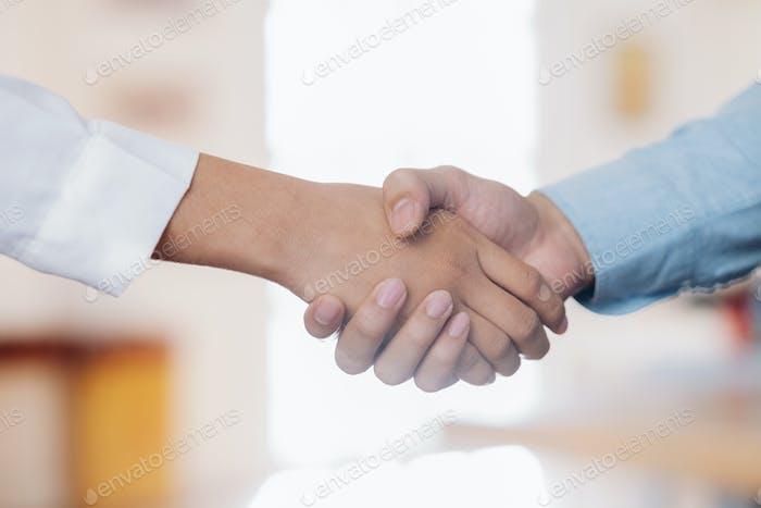 Hombre de negocios apretón de manos después de un buen trato.