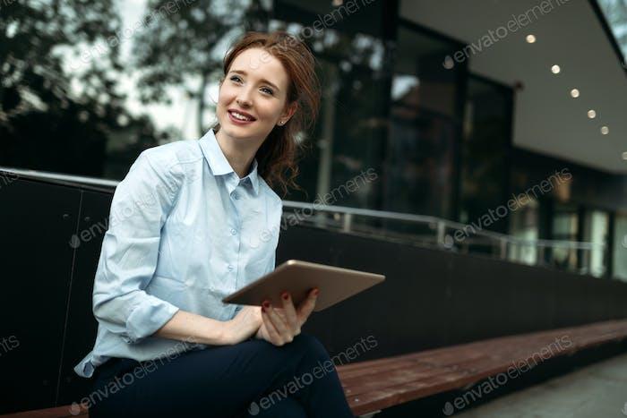 Porträt einer erfolgreichen Geschäftsfrau lächelnd