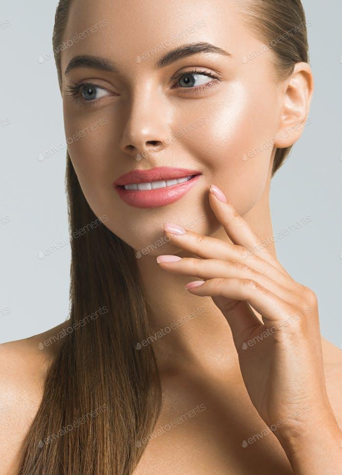 Natural belleza femenina cara cerca de arriba