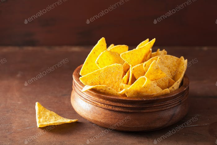 mexikanische Nacho Chips auf braunem Hintergrund