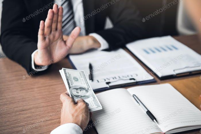 Persona de negocios que se niega a sobornar dado dinero por su socio con el concepto de corrupción antisoborno.