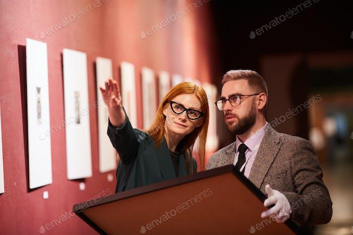 Menschen, die mit Kunst arbeiten