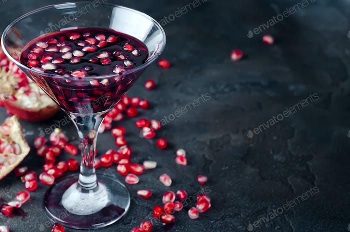 Granatapfelcocktail und reife rote Granatapfelfrucht