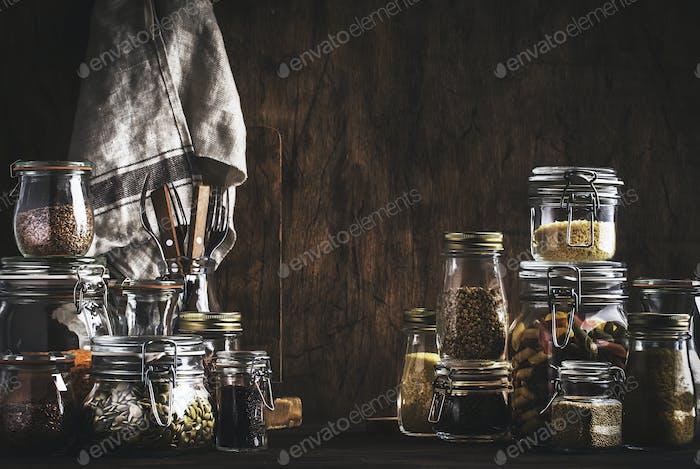 Bestände oder eine Reihe von Getreide, Nudeln, Grütze, Bio-Hülsenfrüchten und nützlichen Samen in Gläsern