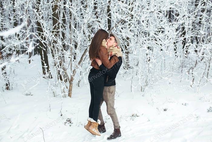 Glückliches Paar im Snowpark