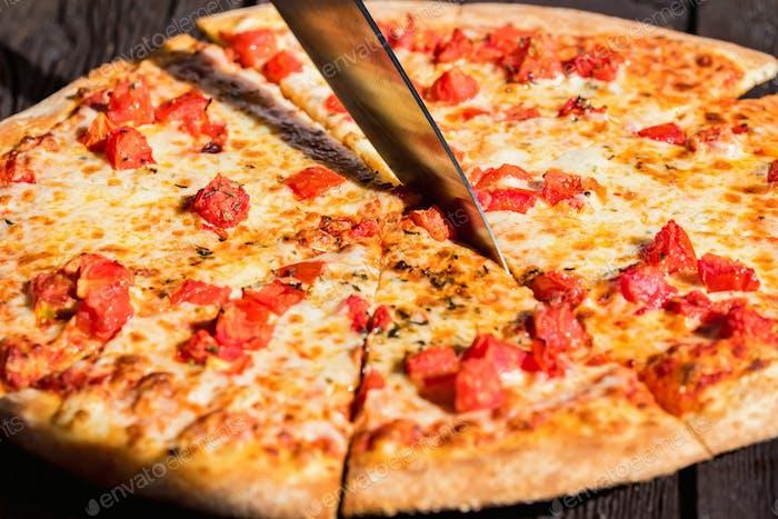 Nahaufnahme schneiden Pizza Margherita mit Tomaten und Käse