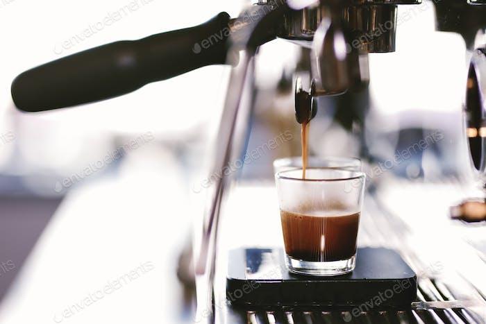 Der Kaffee wird in einem gemütlichen Café in die Tasse gegossen