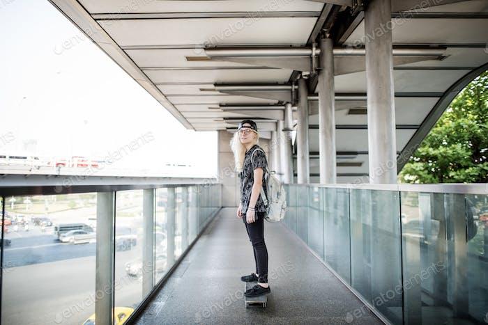 Frau spielt Skateboard Extreme Sport Konzept