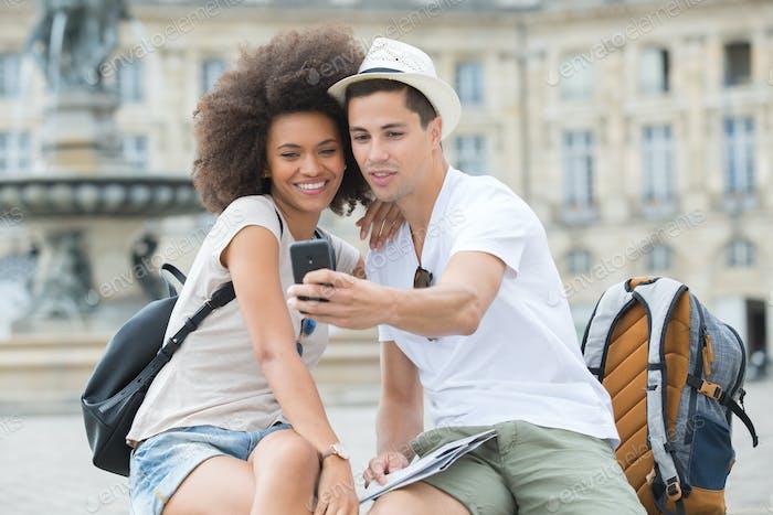 Blick auf ein junges Paar auf den Urlaub nehmen selfie