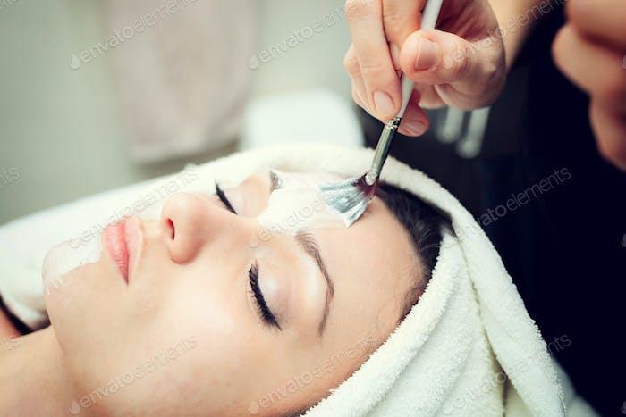 Gesichts-Schönheitsmaske für junge Frau.