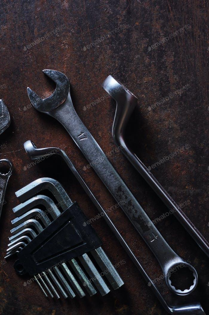 Das metallische Werkzeug auf dem rostigen Metallboden
