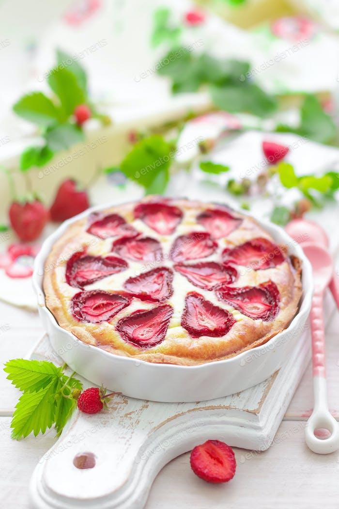 Köstliche Erdbeer-Tat oder Käsekuchen mit frischen Beeren und Frischkäse, Nahaufnahme auf weiß