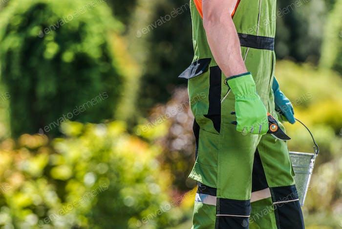 Jardinero con herramienta de corte de ramas en su mano