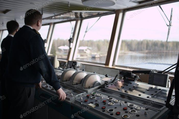 Navigationsbeauftragter fährt Kreuzfahrtschi