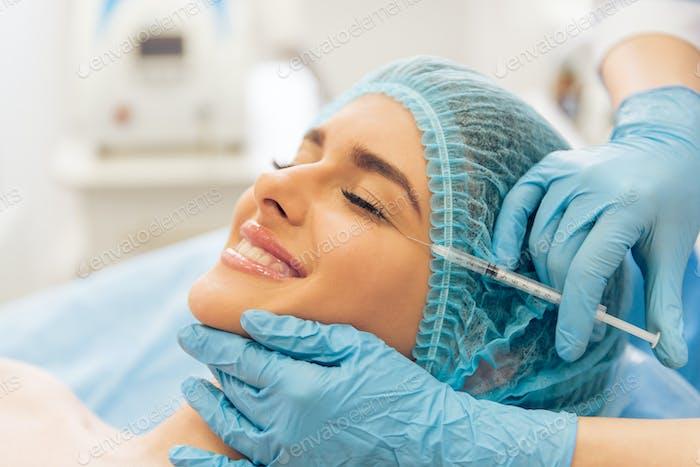 Frau beim plastischen Chirurgen