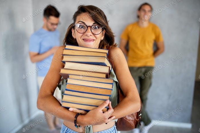 Una foto de un estudiante universitario sonriente leyendo un libro