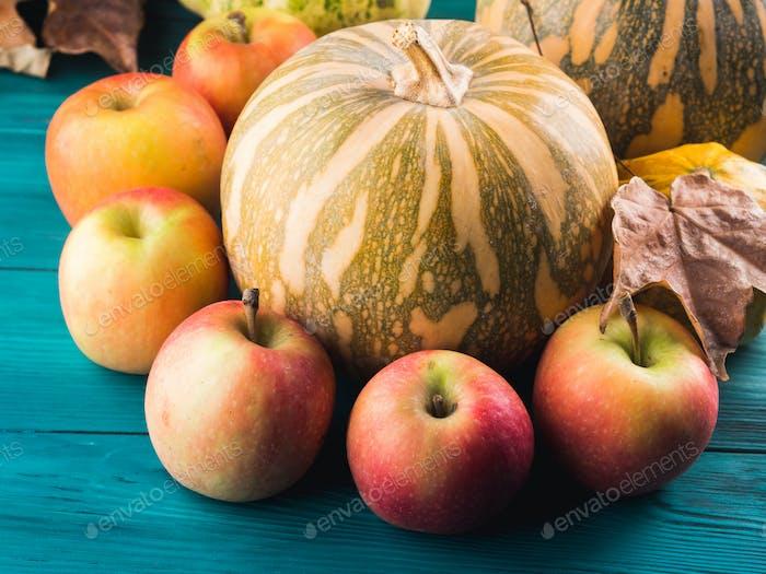 Herbsterntekonzept mit Kürbisäpfeln