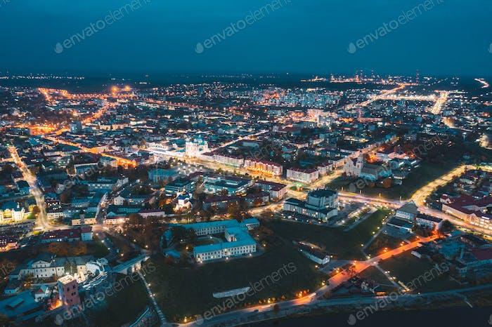 Grodno, Weißrußland. Nachtaufnahme von Hrodna Cityscape Skyline. Berühmte historische Wahrzeichen