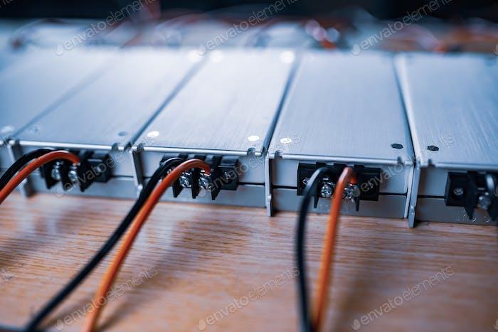 Fuente de alimentación AC-CC de metal de primer plano con cables