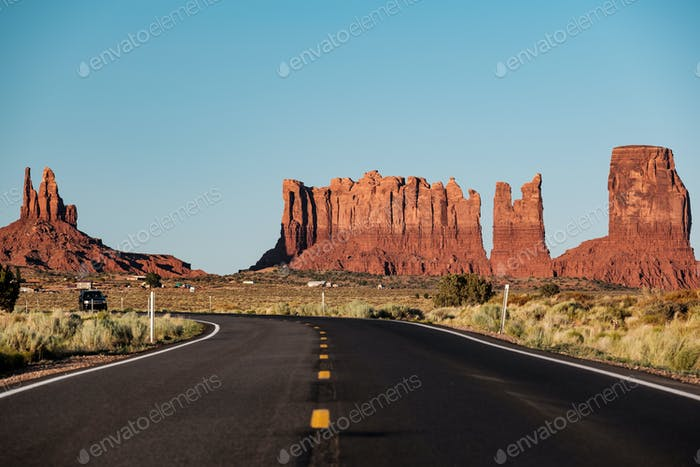 Leere malerische Autobahn im Monument Valley