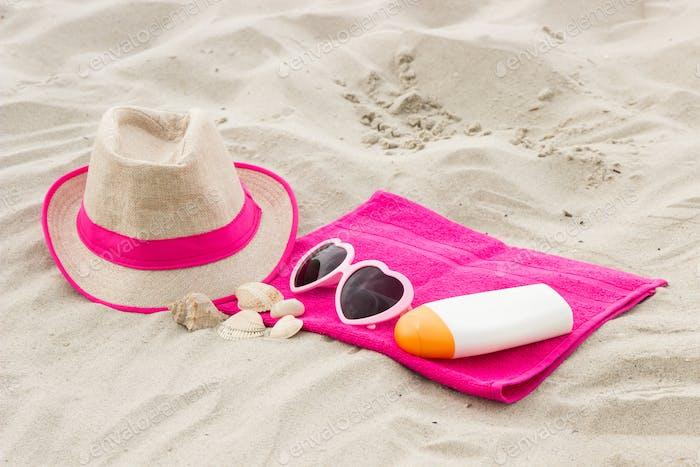 Zubehör für Urlaub am Strand, Sonnenschutz und Sommerzeitkonzept