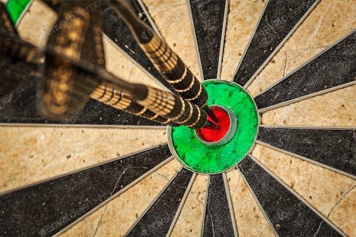 Drei Darts in Bull's Eye Nahaufnahme