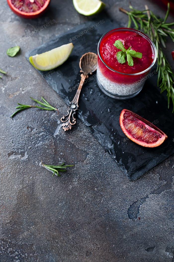 Chia Pudding mit rotem Beerenpüree