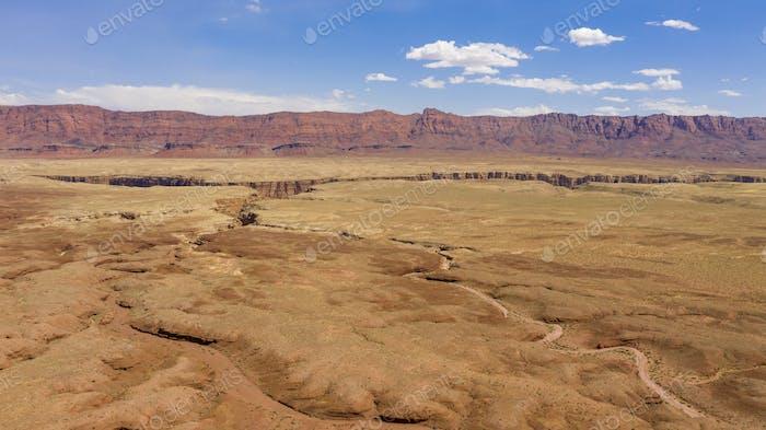 Las altas buttes miran sobre el desierto cerca de Marble Canyon en el norte de Arizona