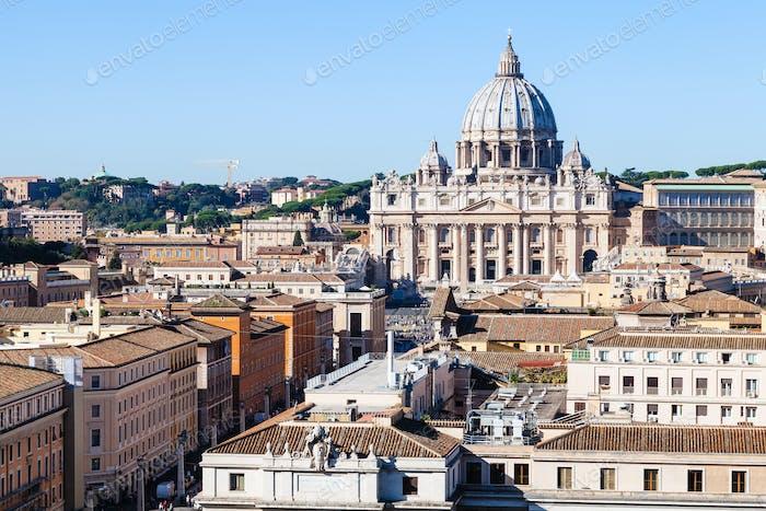 Blick auf den Petersdom im Vatikan und die Straße