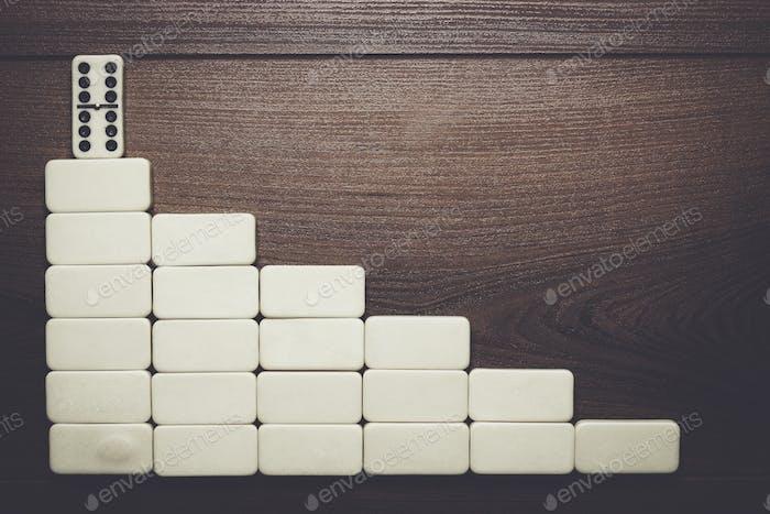 Führungskonzept Domino Stücke bilden Treppe
