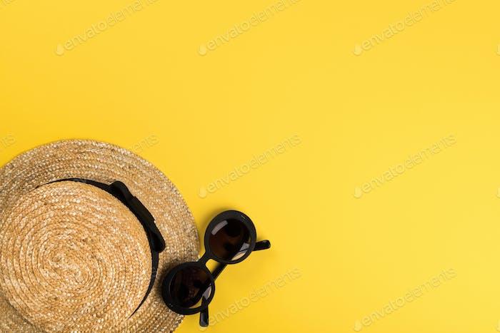 Straw Beach Frau Hut Sonnenbrille. Sommerzeit Urlaub Konzept. Reise-Stimmung zum Meer.