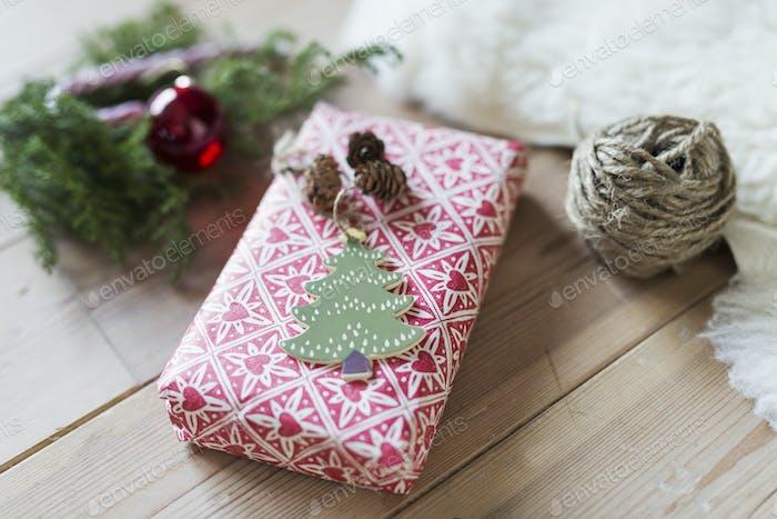 Weihnachtsgeschenk auf Holzboden