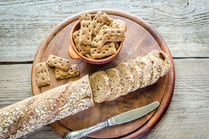 Baguette mit Chips auf dem Holztablett