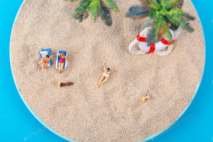 Miniatur-Welt-Konzept - Miniatur-Figur des Reisenden