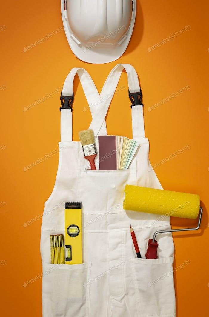 Maler und Dekorateur arbeiten Uniform mit Werkzeugen