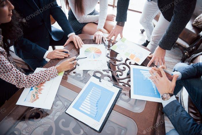 Marketing-Plan Recherche. Papierkram auf dem Tisch, Laptop und Mobiltelefon