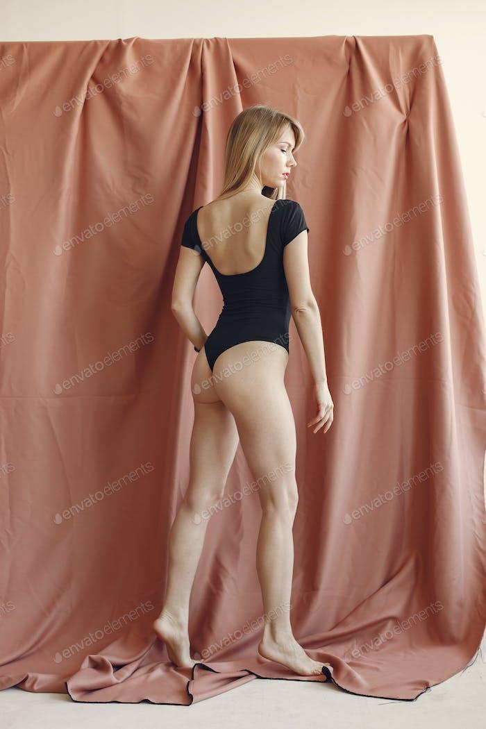 Девушка моды в фотостудии