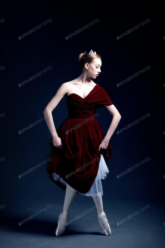 junge Ballerina tanzt in ein dunkles Fotostudio