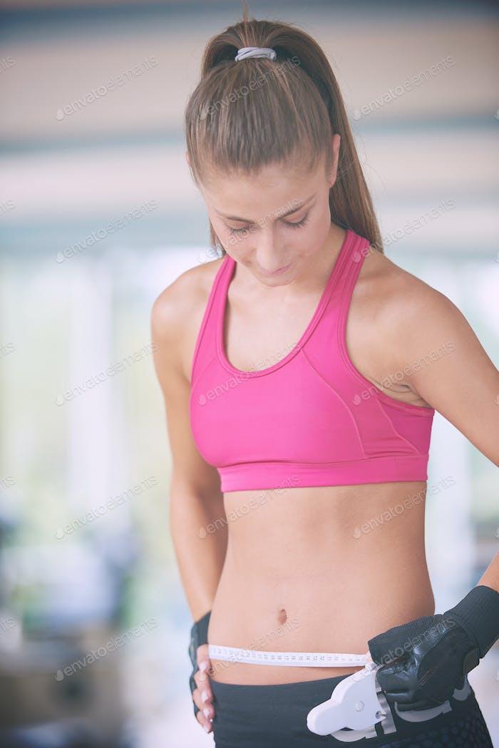 junge fit Frau Messung Bauch